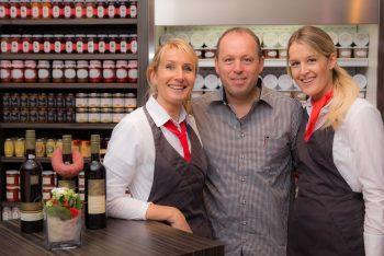 Horst Albrecht mit seiner Frau und seiner Tochter im Ladenlokal