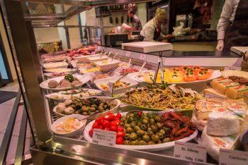 Diverse Feinkostsalate mit Oliven, Käse, Wurst und Paprika