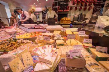 Eine große Auswahl an Käse in der Vitrine der Metzgerei