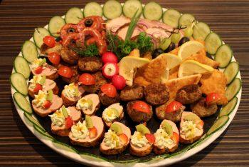 Schön angerichteter Teller mit Fleischprodukten
