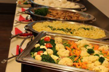 Heißes Buffet mit Gemüse, Nudeln und Fleisch